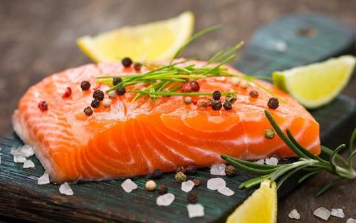 Cá là loại thức ăn rất giàu Vitamin D