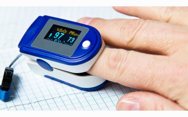 Bác sỹ khuyến cáo những lưu ý 'sống còn' khi bệnh nhân COVID-19 sử dụng thiết bị đo Sp02