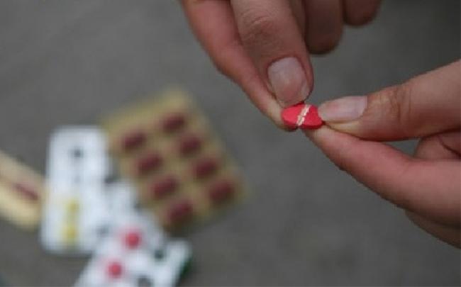 Bẻ nhỏ viên thuốc để uống không chỉ giảm tác dụng chữa bệnh mà còn gây nguy hiểm