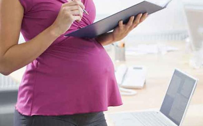 Đi làm xa khi mang thai có thể gây hại cho mẹ và bé