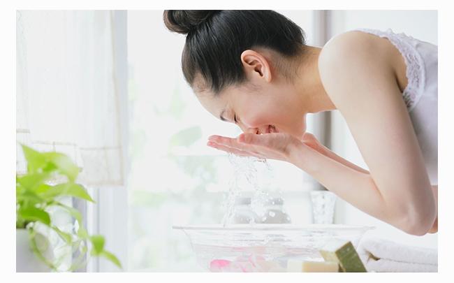 Bật mí: Rửa mặt bằng nước muối có tác dụng gì?
